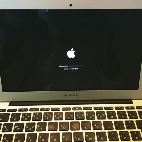 MacBookアップデート中