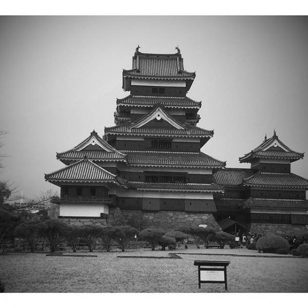 【Instagram】昨日は列車の旅で大移動でしたが、今日は松本城を中心に市内を散策してきました。帰りは14時台後半の特急だったのでゆったりと過ごせたし、久しぶりに松本城に来れたし、充実した旅になりました。今回の旅の思い出をブログにまとめたいと思ってますが、明日から仕事なので今日は寝たいと思います。それではおやすみなさい。#城 #松本 #写真はGoogleフォトで自動フィルタされたもの