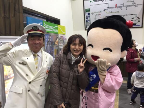 水上駅にて。駅長さんとおいでちゃんと記念写真