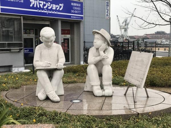 駅前の石像