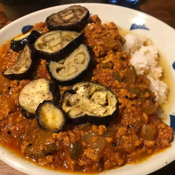 【Instagram】今夜の夕食は、茄子と挽肉のカレーを作り、サラダと一緒にいただきました。ひとりご飯なので、エビス「華みやび」で晩酌タイムにしちゃいました(^o^)程よい辛さで美味しかったです(*^^*)#カレーライス #キーマカレー