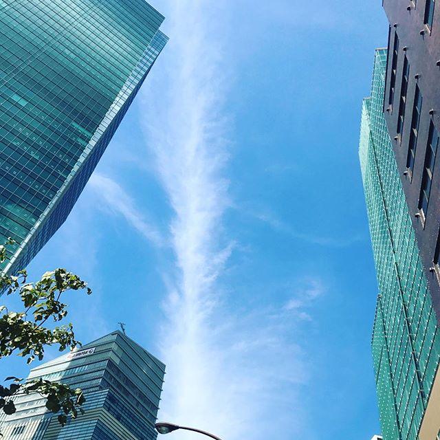 【Instagram】六本木一丁目駅に初めて降りました。ビルの谷間から見える青空が眩しいですね。#六本木