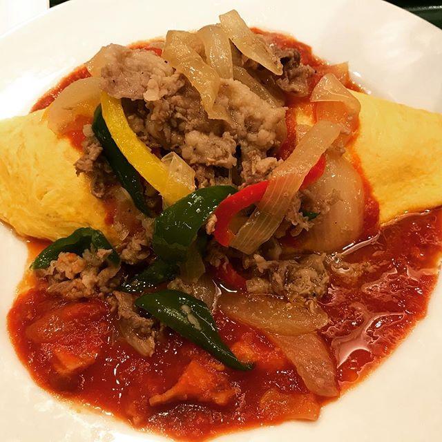 【Instagram】久しぶりにランチにオムライス。本日のオムライス「牛バラのパプリカの生姜風味〜トマトソース〜」をいただきました。#飯田橋ランチ #オムライス