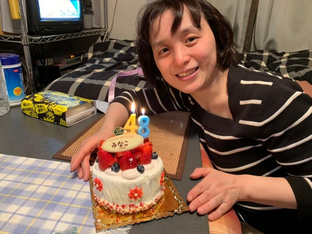 誕生日ケーキを前に