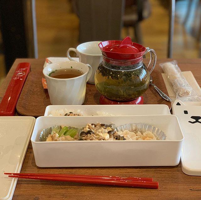 【Instagram】お弁当を持参したけど、会社のデスクで食べるのは気がひけるので、タイムズカフェでランチしてきました。ハーブティはジャスミンです。#ランチ #タイムズカフェ #神楽坂 #お弁当